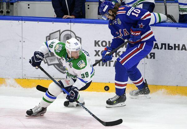Нападающий Салавата Юлаева Денис Кокарев (слева) и форвард СКА Виктор Тихонов