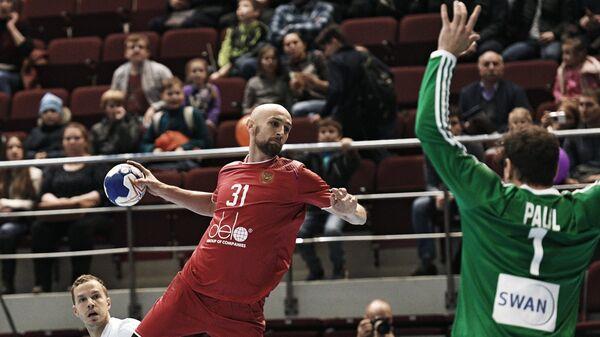 Игрок сборной Словакии Мирослав Волентич, игрок сборной России Тимур Дибиров и вратарь сборной Словакии Теодор Паул (слева направо)