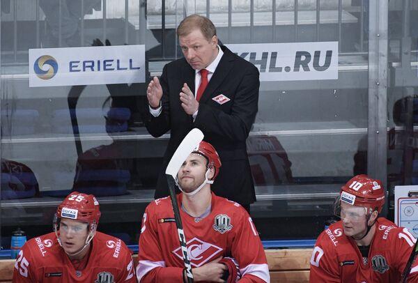 Первый вице-президент - генеральный менеджер ХК Спартак Алексей Жамнов (в центре на втором плане)