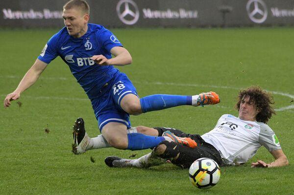Форвард Динамо Евгений Луценко (слева) и защитник Тосно Андрей Буйволов