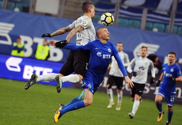 Форвард Тосно Антон Заболотный (слева) и защитник Динамо Себастьян Хольмен
