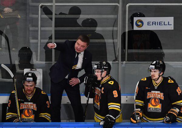 Главный тренер Северстали Александр Гулявцев (второй слева)
