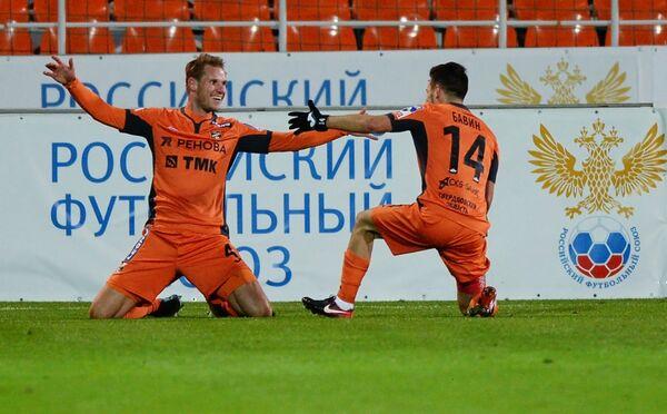 Защитник ФК Урал Грегор Балажиц (слева) и полузащитник Юрий Бавин
