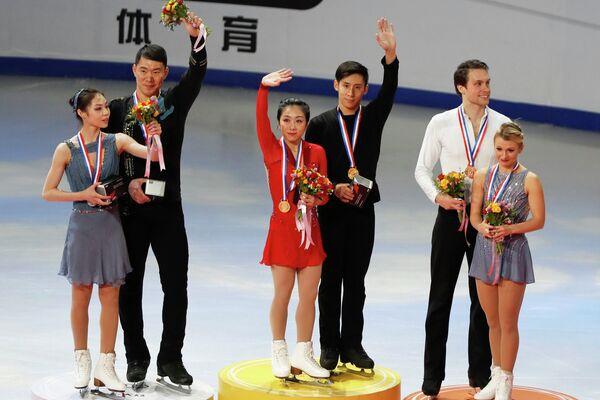 Китайцы Юй Сяоюй и Чжан Хао, Суй Вэньцзин и Хань Цун и канадцы Майкл Маринаро и Кирстен Мур-Тауэрс (слева направо)
