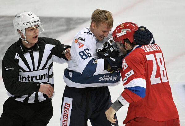 Форвард сборной Финляндии Вели-Матти Савинайнен (в центре) и защитник сборной России Андрей Зубарев