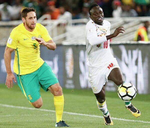 Нападающий сборной Сенегала Садьо Мане (справа)