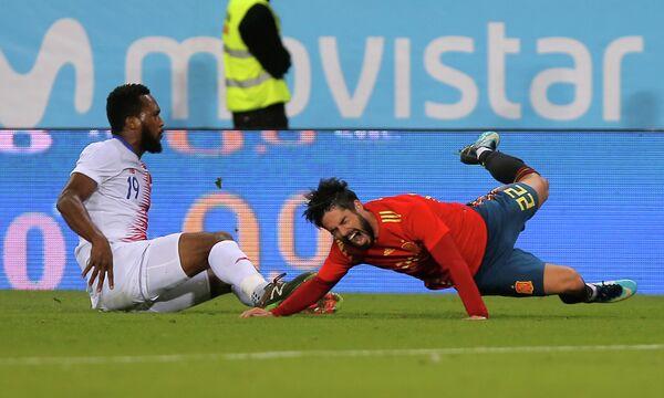 Полузащитник сборной Испании Иско (справа) и защитник сборной Коста-Рики Кендалл Уотсон
