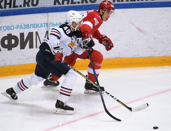 Нападающий Спартака Лукаш Радил (справа) и защитник Металлурга Евгений Бирюков