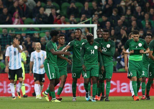 Футболисты сборной Нигерии радуются забитому голу