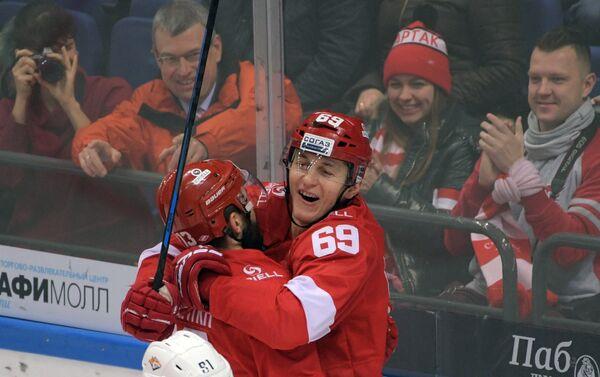 Хоккеисты Спартака Лукаш Радил и Дмитрий Черных (слева)