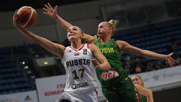Разыгрывающая сборной России Елена Беглова (слева) и защитник сборной Литвы Санта Ококите