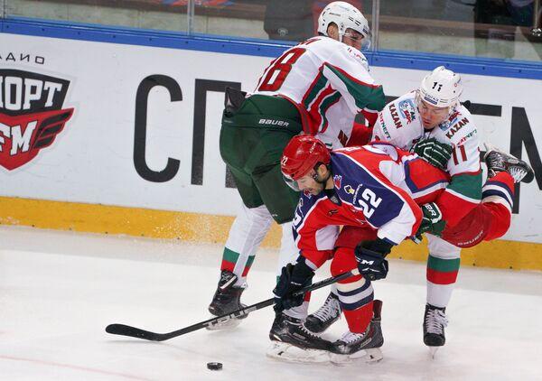 Нападающий Ак Барса Ярослав Косов, форвард ЦСКА Александр Попов и нападающий Ак Барса Никита Язьков (слева направо)