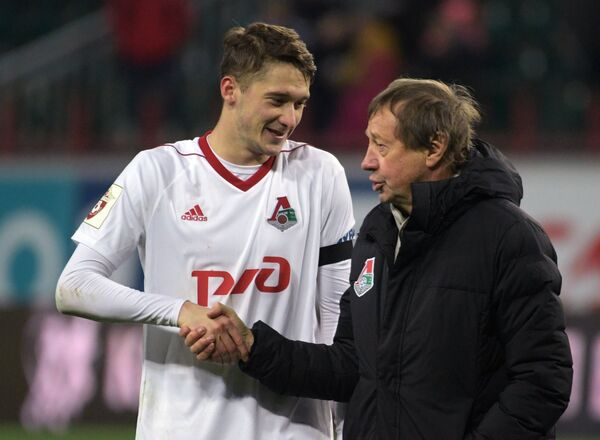 Полузащитник Локомотива Алексей Миранчук (слева) и главный тренер Локомотива Юрий Сёмин