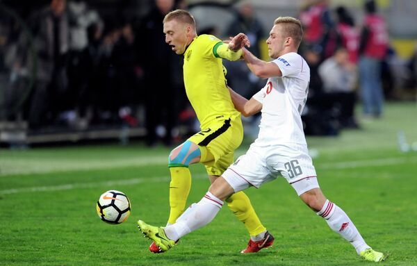 Защитник Анжи Сергей Брызгалов и полузащитник Локомотива Дмитрий Баринов (справа)