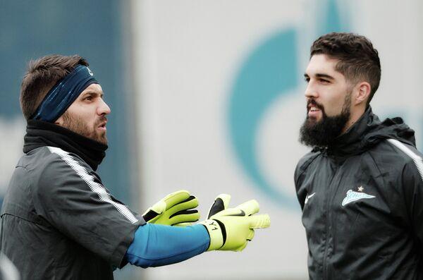 Футболисты Зенита вратарь Юрий Лодыгин (слева) и защитник Миха Мевля