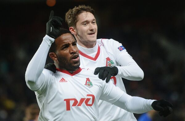 Футболисты Локомотива Джефферсон Фарфан (слева) и Алексей Миранчук радуются забитому голу