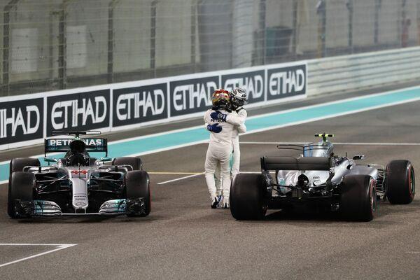 Пилоты Мерседеса Льюис Хэмилтон (на первом плане) и Вальттери Боттас после окончания гонки