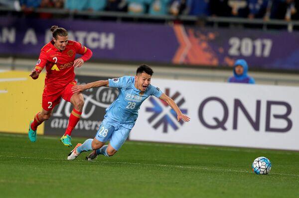 Защитник австралийского футбольного клуба Аделаида Юнайтед Майкл Марроне (слева)