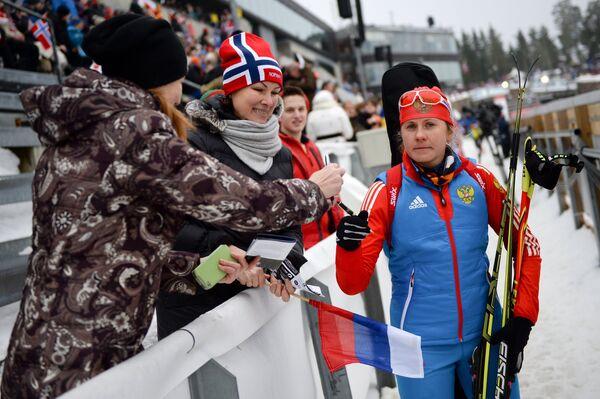 Яна Романова (справа)