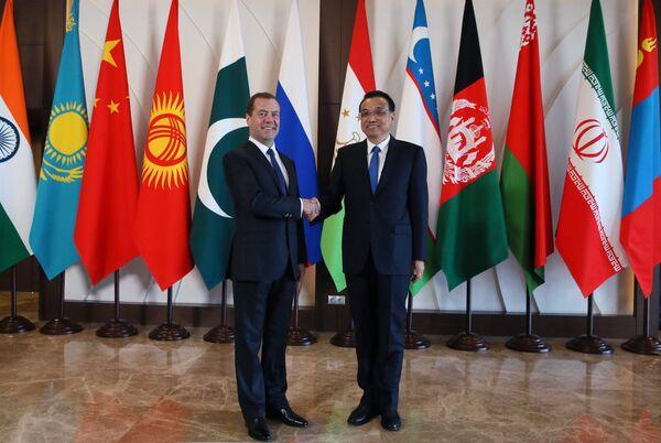 Председатель правительства РФ Дмитрий Медведев и премьер Государственного совета КНР Ли Кэцян (справа)