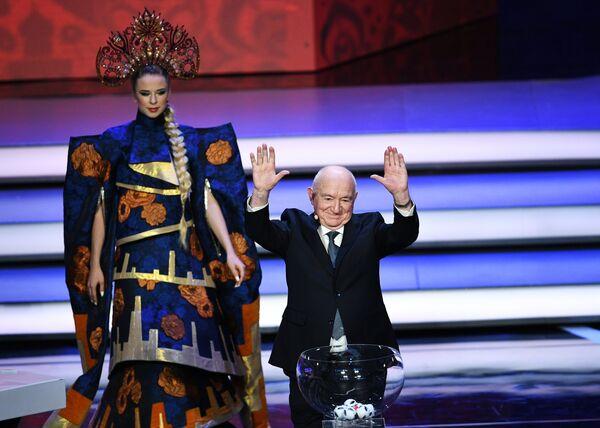 Ассистент жеребьевки Никита Симонян на официальной жеребьевке чемпионата мира-2018 по футболу