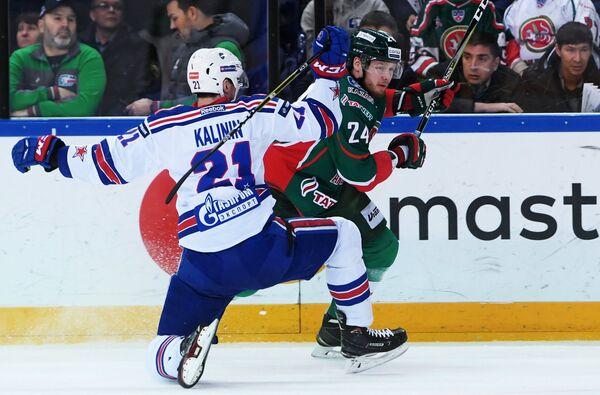 Нападающий ХК СКА Сергей Калинин (слева) и защитник ХК Ак Барс Василий Токранов