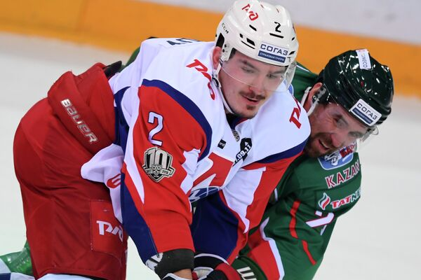 Защитник Локомотива Павел Коледов (слева) и форвард Ак Барса Данис Зарипов