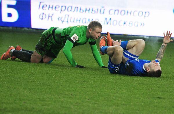 Защитник Анжи Сергей Брызгалов (слева) и хавбек Динамо Иван Темников