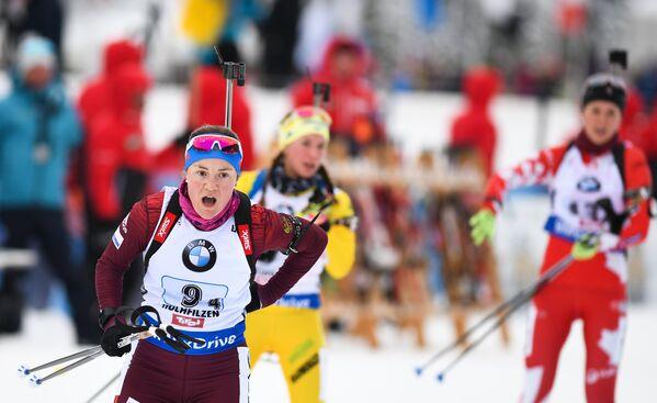 Биатлонистка сборной России Екатерина Юрлова-Перхт (слева на первом плане)