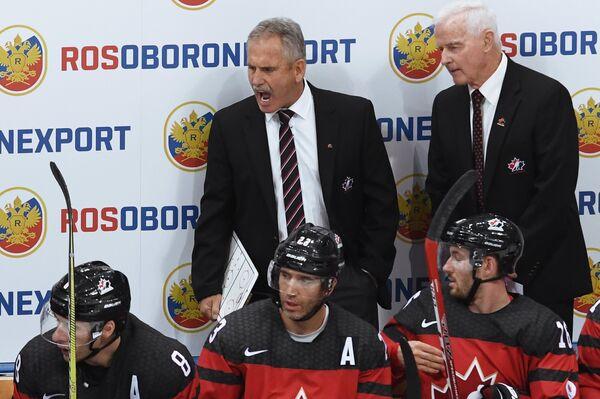 Главный тренер сборной Канады Уилли Дежарден (в центре)