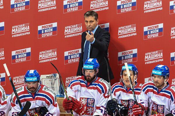 Главный тренер сборной Чехии Йозеф Яндач (в центре на втором плане