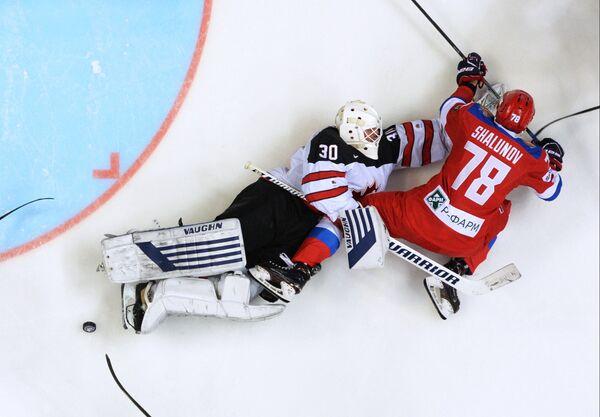 Вратарь сборной Канады Бен Скривенс (слева) и нападающий сборной России Максим Шалунов
