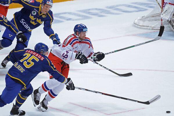Нападающие сборной Швеции Виктор Стольберг и сборной Чехии Иржи Секач (слева направо на первом плане)