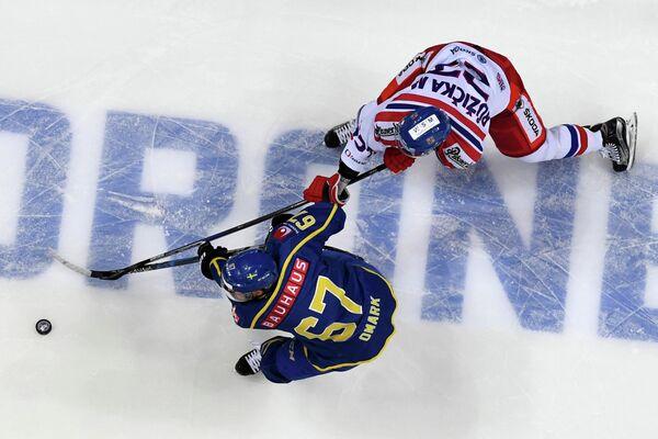 Форвард сборной Швеции Линус Умарк (слева)