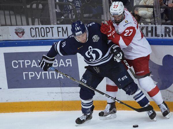 Игрок ХК Динамо Михаил Варнаков (слева) и игрок ХК Спартак Вячеслав Лещенко