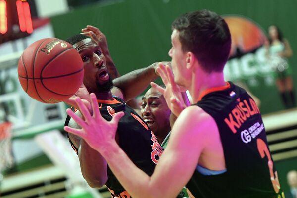Баскетболисты Цедевиты Деметрис Николс (слева) и Филип Крушлин
