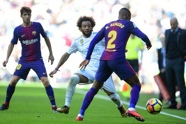 Защитник Реала Марсело (в центре) и полузащитник Барселоны Нелсон Семеду (справа)