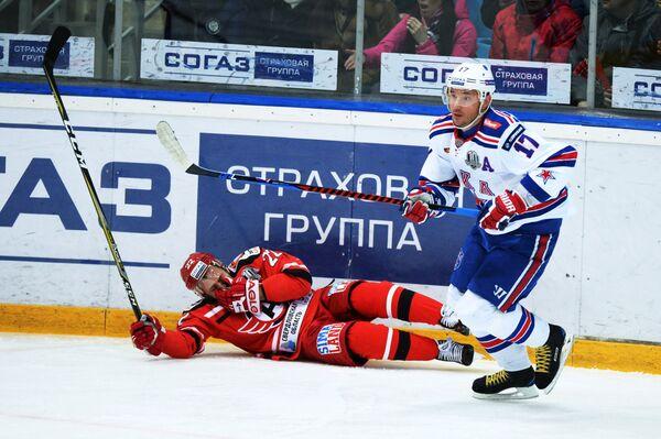 Нападающий Автомобилиста Евгений Чесалин (слева) и форвард СКА Илья Ковальчук