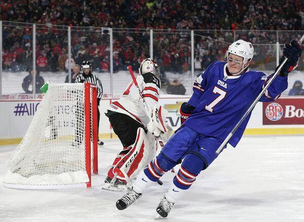 Нападающий молодежной сборной США по хоккею Брэди Ткачак (справа) радуется заброшенной шайбе