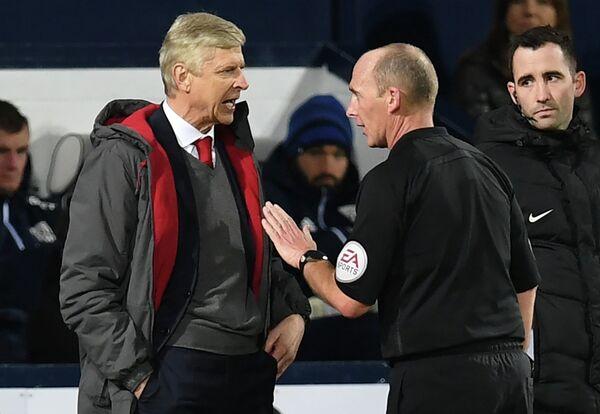 Главный тренер лондонского Арсенала Арсен Венгер и арбитр Майк Дин (слева направо)
