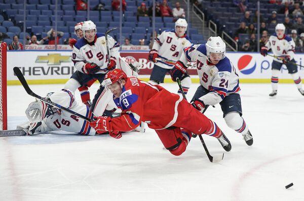 Нападающий молодежной сборной России по хоккею Марсель Шолохов и защитник молодежной сборной США по хоккею Мики Андерсон (на первом плане слева направо)
