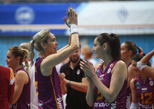 Слева направо на первом плане: игроки ВК Галатасарай Седа Асланьюрек и Татьяна Кошелева