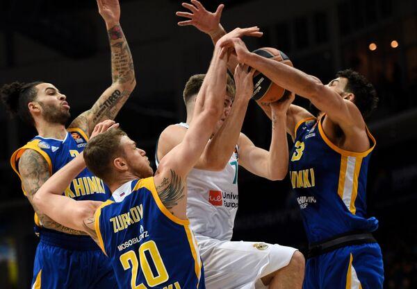 Баскетболисты Химок Тайлер Ханикатт и Андрей Зубков, защитник Реала Лука Дончич и форвард Химок Энтони Гилл (слева направо)