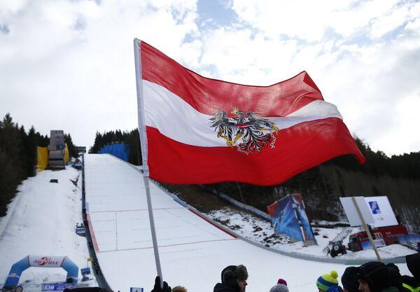Австрийский флаг и трамплин для прыжков в Тауплице
