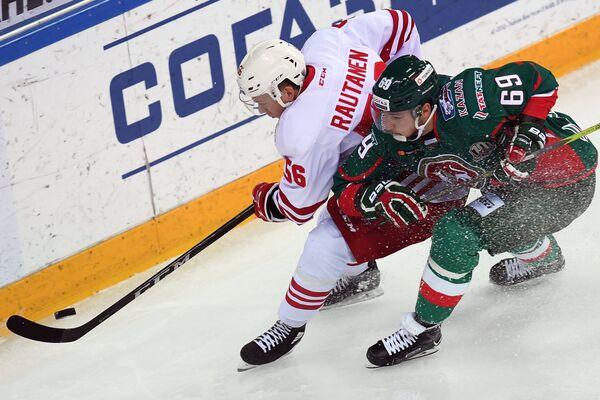 Нападающий Ак Барса Александр Бурмистров (справа) и защитник ХК Йокерит Юхо Раутанен