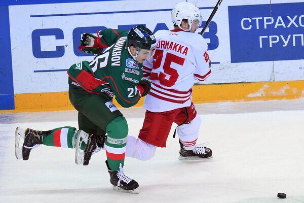 Защитник Ак Барса Роман Манухов (слева) и нападающий ХК Йокерит Пекка Йормакка