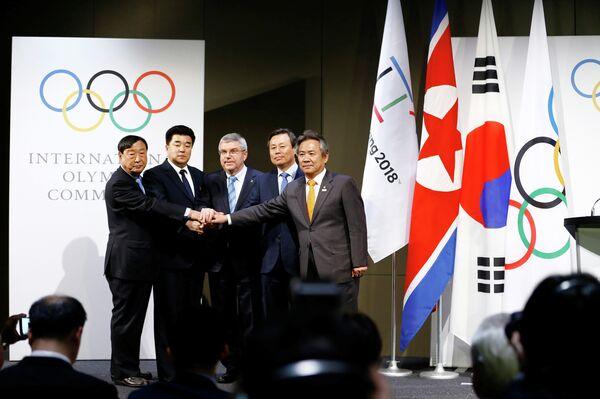 Представители КНДР и президент МОК Томас Бах (в центре)