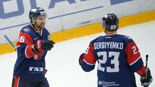 Хоккеисты Торпедо Каспарс Даугавиньш (слева) и Юрий Сергиенко радуются забитой шайбе