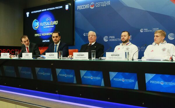 Старший тренер сборной России по мини-футболу Сергей Скорович (второй справа)
