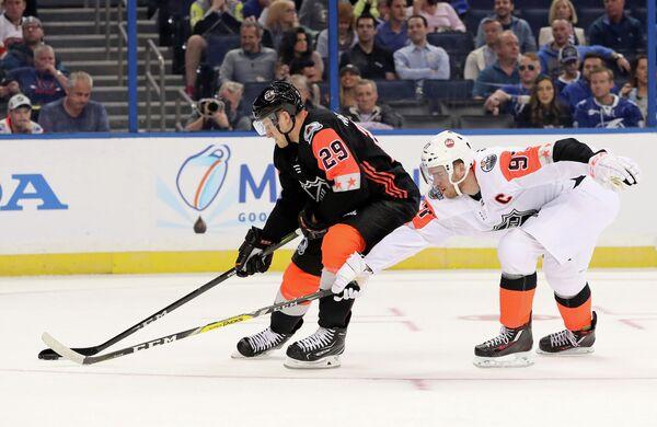 Нападающие клубов НХЛ Колорадо Эвеланш Нэтан Маккинон (Центральный дивизион) и Эдмонтон Ойлерз Коннор Макдэвид (Тихоокеанский дивизион) (слева направо)